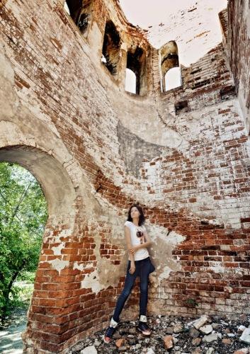 В руинах лютеранской церкви по дороге. Фото С. Маевского.