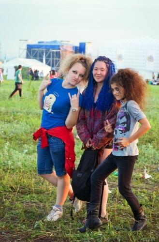 Три девицы на рок-фесте.